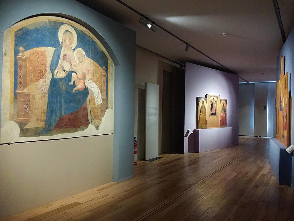 Corridoio con opere di Ambrogio Lorenzetti alla mostra di Siena