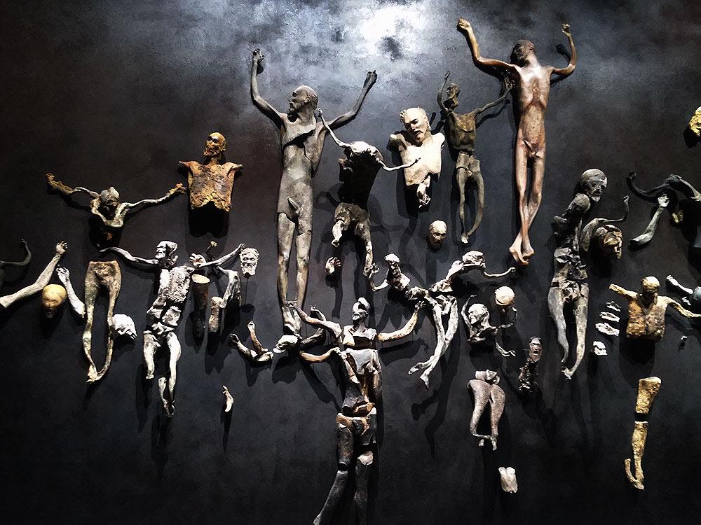 Roberto Cuoghi, Imitazione di Cristo (2017). Il risultato finale: i cristi appesi alla parete di fondo.