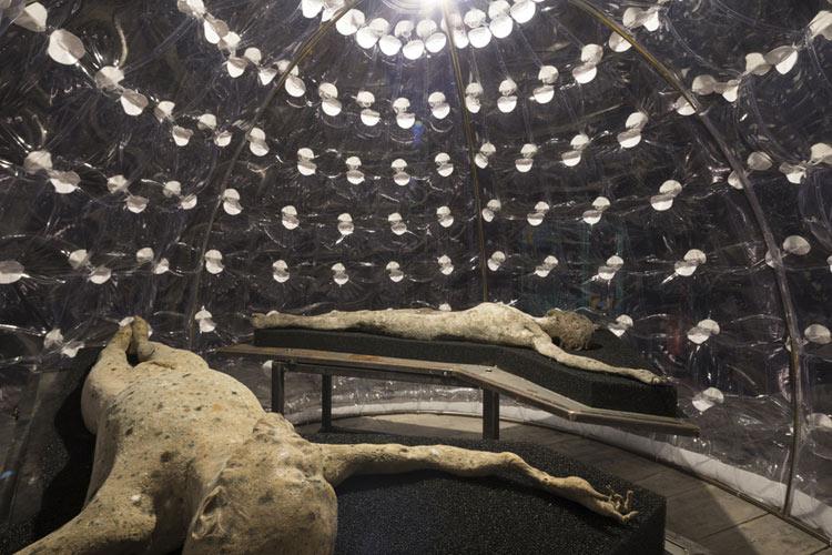 Roberto Cuoghi, Imitazione di Cristo (2017). I corpi in decomposizione negli igloo.