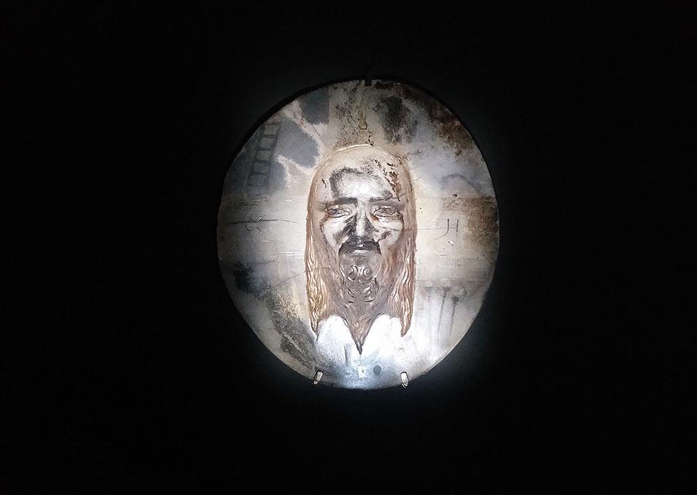 Roberto Cuoghi, Imitazione di Cristo (2017). Inizio del percorso con le icone in negativo.