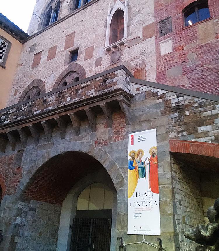L'ingresso di Palazzo Pretorio a Prato per la mostra Legati da una cintola