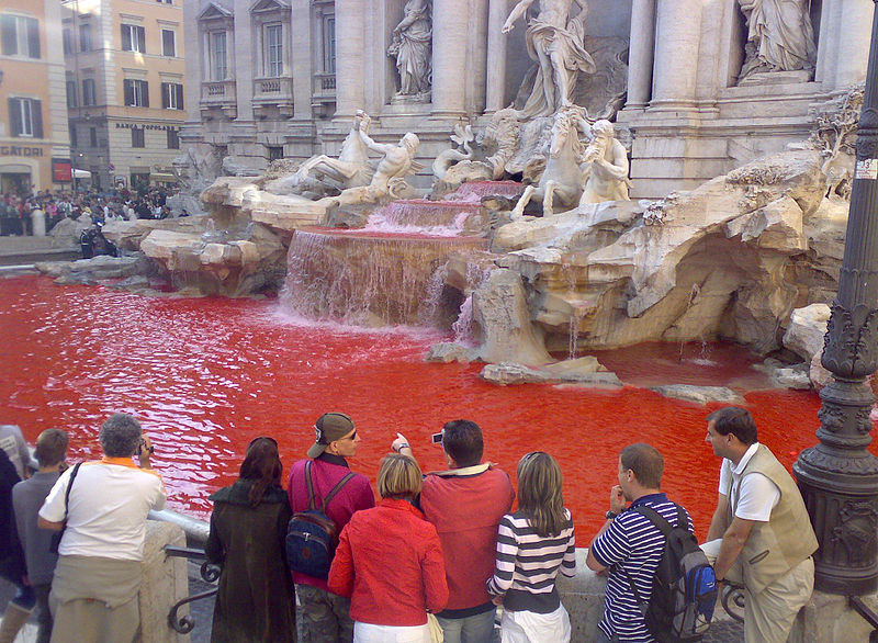 Fontana di Trevi rossa: dopo dieci anni Cecchini ripete il gesto