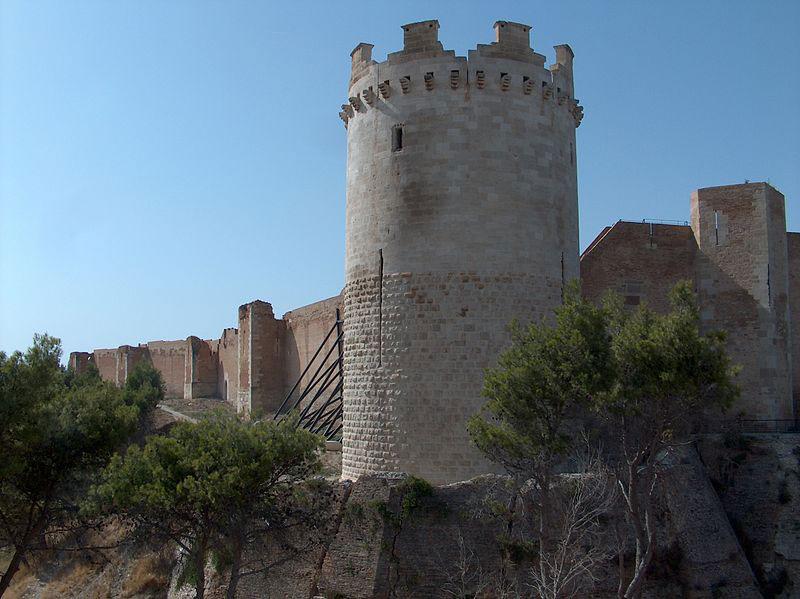 Il sindaco si incatena alla Fortezza di Lucera per salvarla
