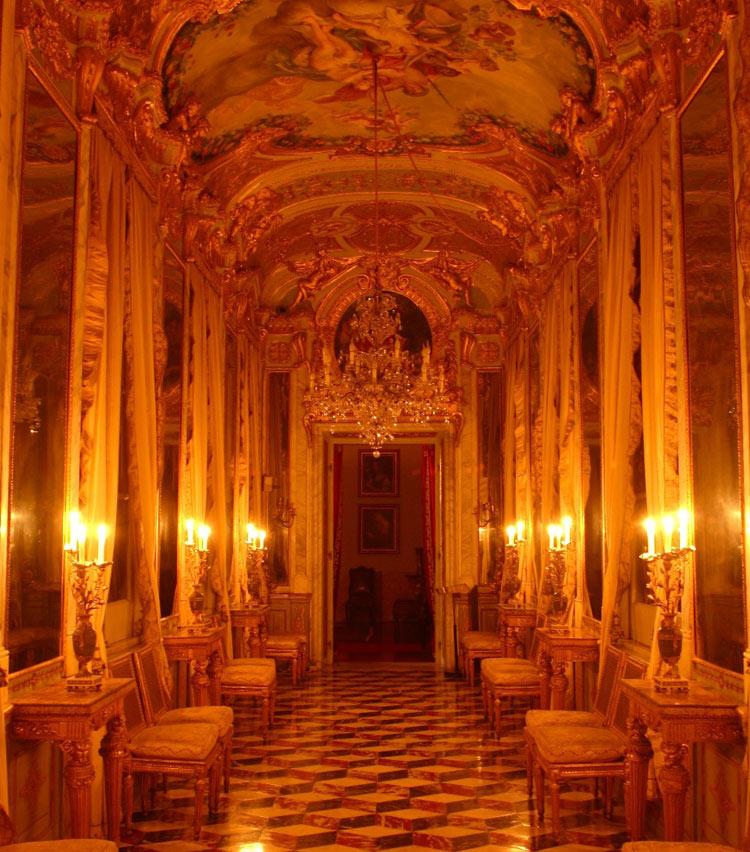 Oggi la Galleria degli Specchi di Palazzo Spinola è illuminata a lume di candela