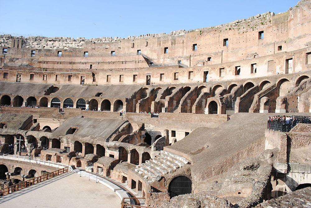 Turisti incivili, non c'è pace per il Colosseo: vandalismi e anche un drone non autorizzato