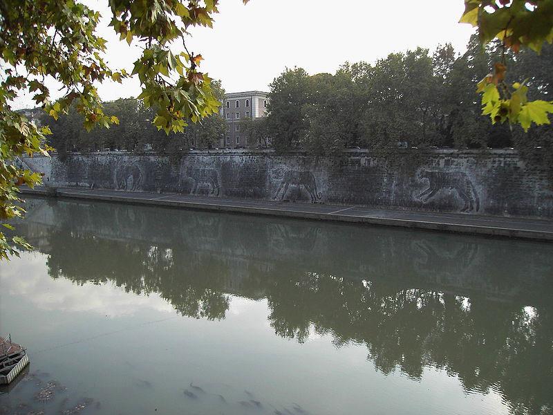 Deturpato con scritte e disegni il murale sul Tevere di William Kentridge
