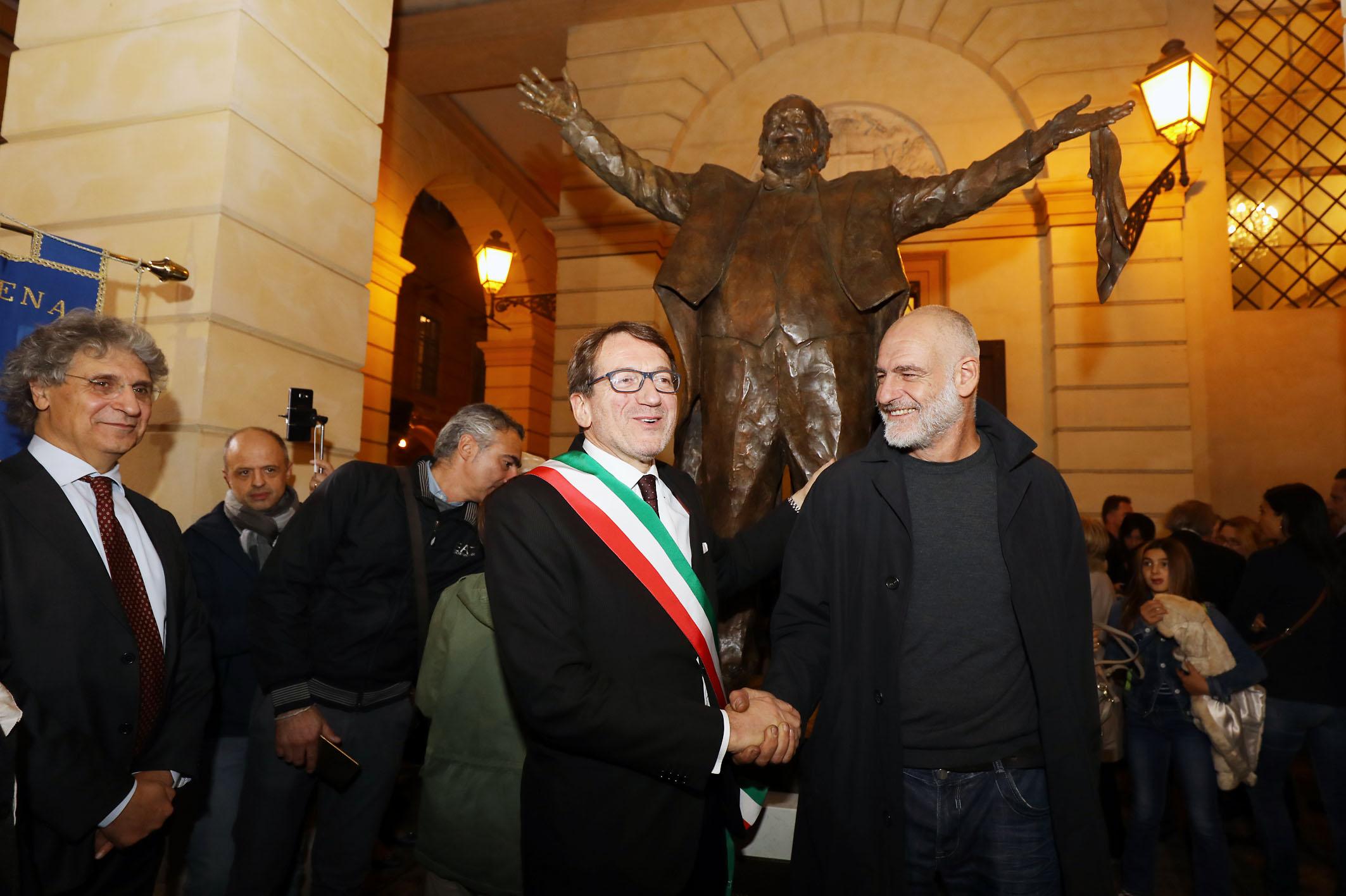 Inaugurata la statua di Luciano Pavarotti a Modena