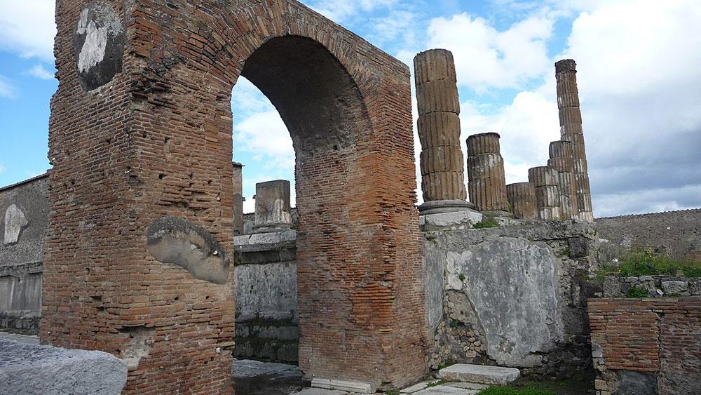 Crollata una porzione di muro della Casa della Caccia ai Tori a Pompei