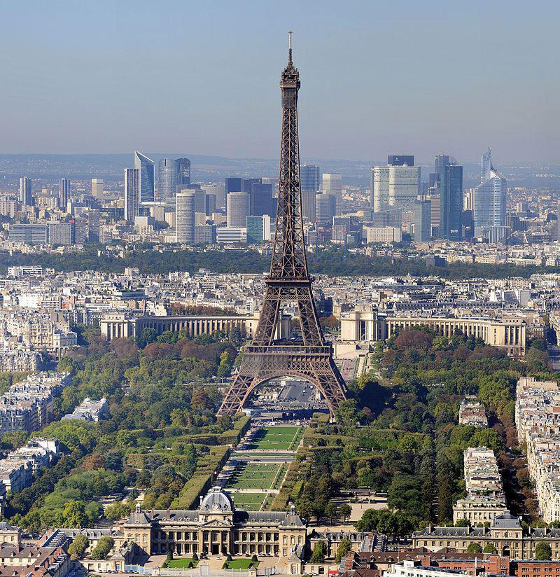 La Tour Eiffel ha festeggiato con luci e party esclusivo i 300 milioni di visitatori