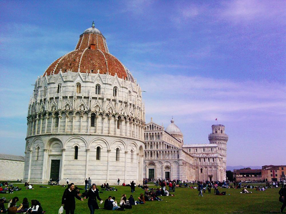 Vuoi vedere la Torre di Pisa? Prima passi dalle bancarelle. Si studia percorso da stazione di servizio autostradale