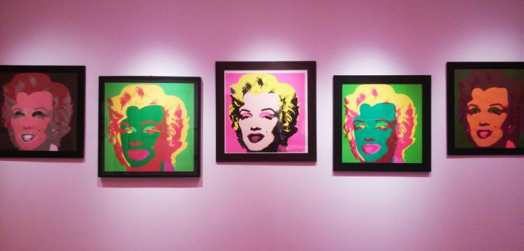 Warhol contro Gartel: la divertente gara di tamarrismo a Lucca
