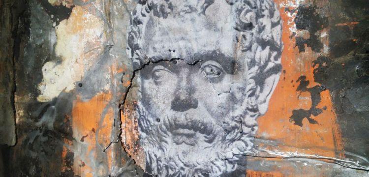 Statue antiche su lastre di zinco e inserti di catrame: Luca Pignatelli in mostra a Carrara