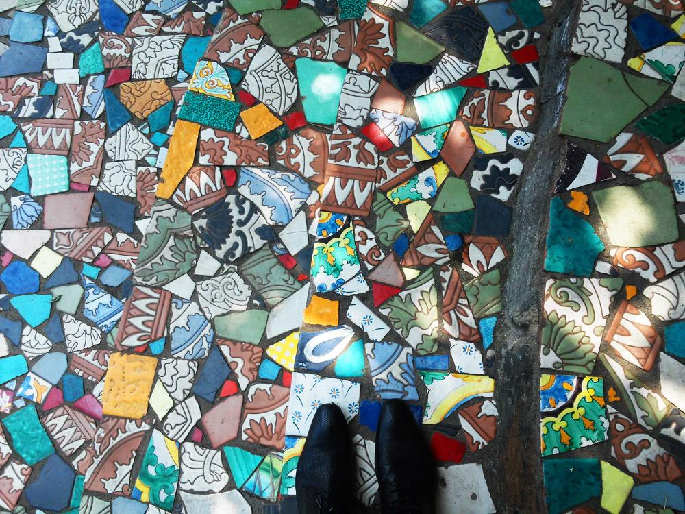 Un brano del pavimento esterno di Casa Jorn