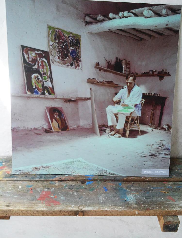 Foto di Asger Jorn nel suo studio, appoggiata alla tavola che utilizzava per lasciar asciugare i dipinti