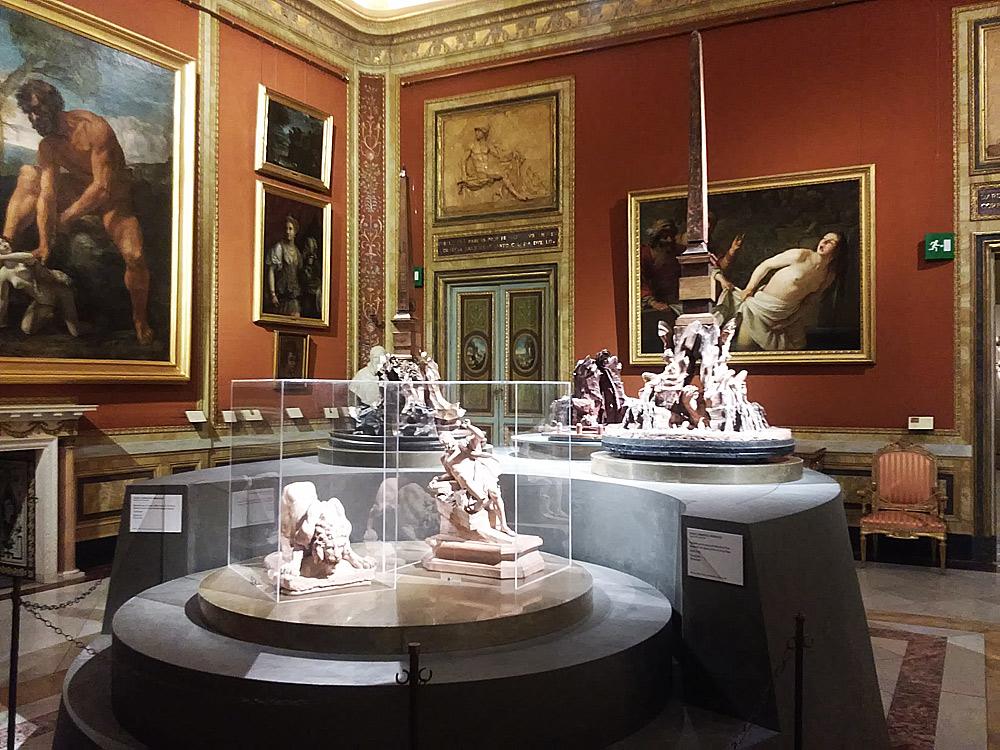 La sala con i bozzetti della Fontana dei Fiumi: evidente lo stridore degli allestimenti col contesto