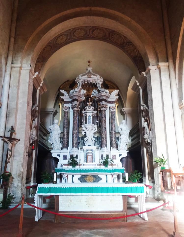 L'altare maggiore della collegiata di San Quirico d'Orcia