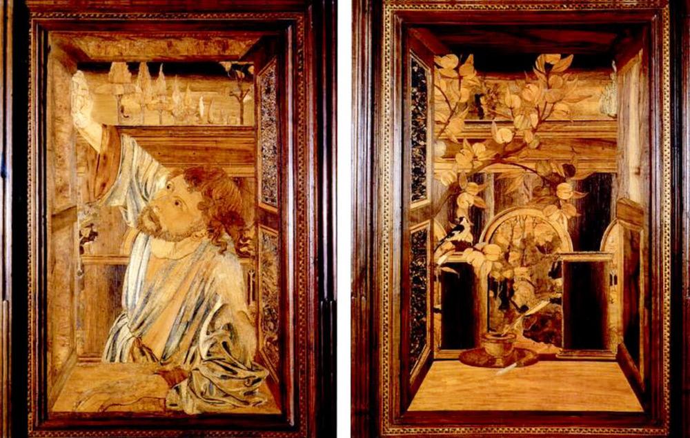 Il pannello con il santo e quello con la porta maestosa