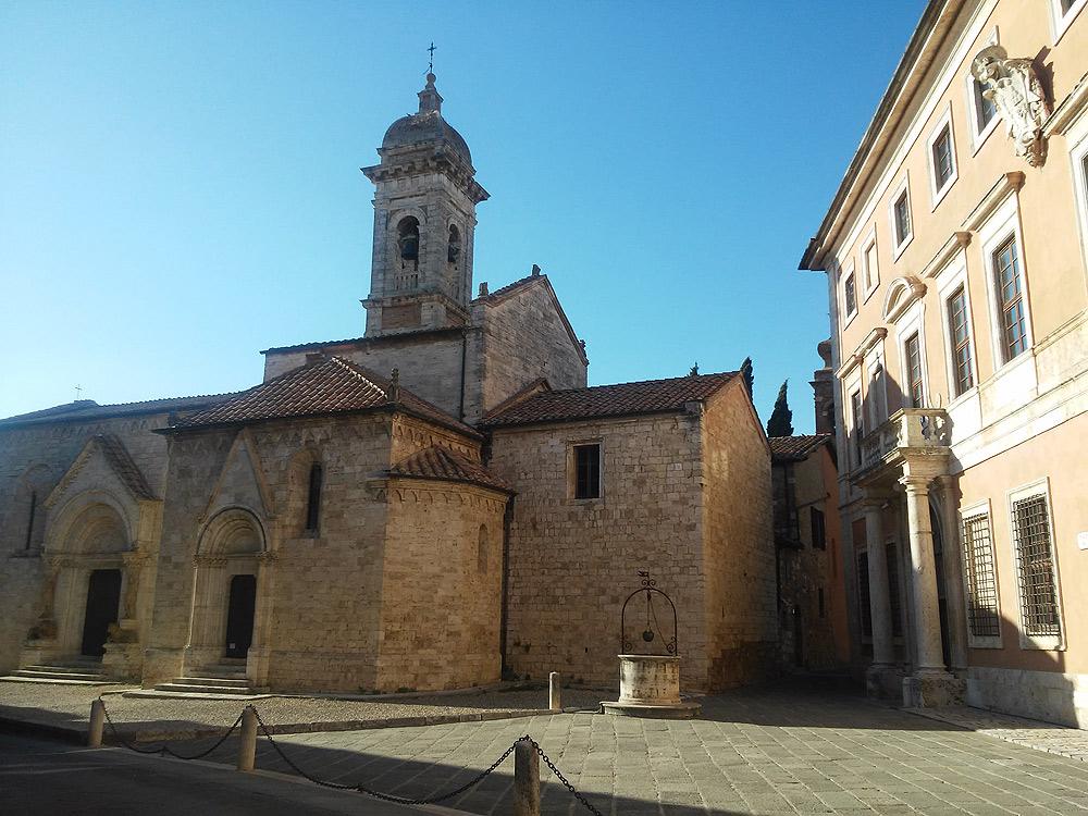 San Quirico d'Orcia: la collegiata dei Santi Quirico e Giulitta e, di fianco, Palazzo Chigi Zondadari