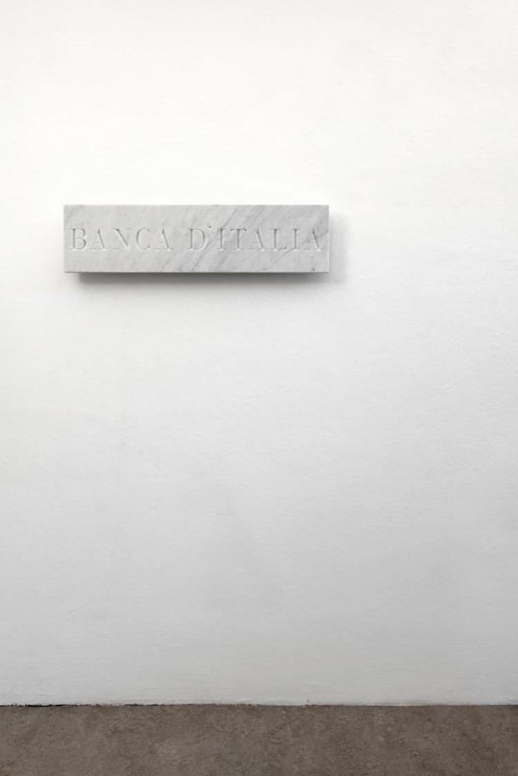 Cosimo Veneziano, Banca d'Italia (2014; marmo di Carrara, 23 x 90 x 3 cm; Courtesy Alberto Peola Artecontemporanea)