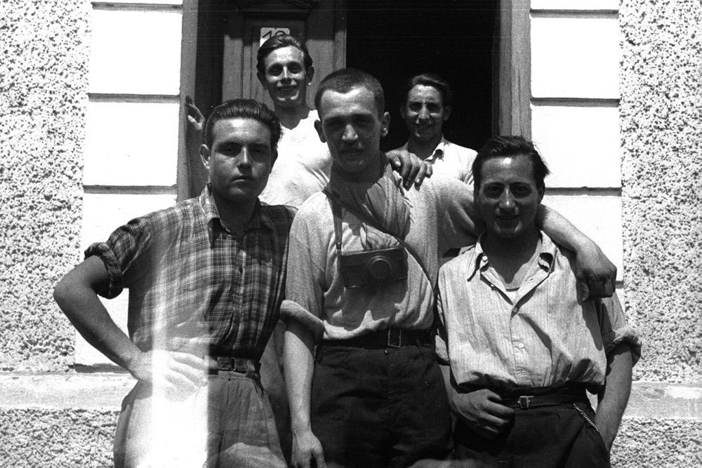 Francesc Boix (al centro) insieme ad altri quattro sopravvissuti spagnoli (davanti, insieme a Boix: Ramon Millà e Luisín García. Dietro: Jesús Grau e José Alcubierre)