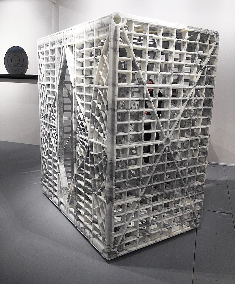 Lo Stargate di Fabio Viale (2017; marmo bianco, 190 x 210 x 124 cm) da Poggiali