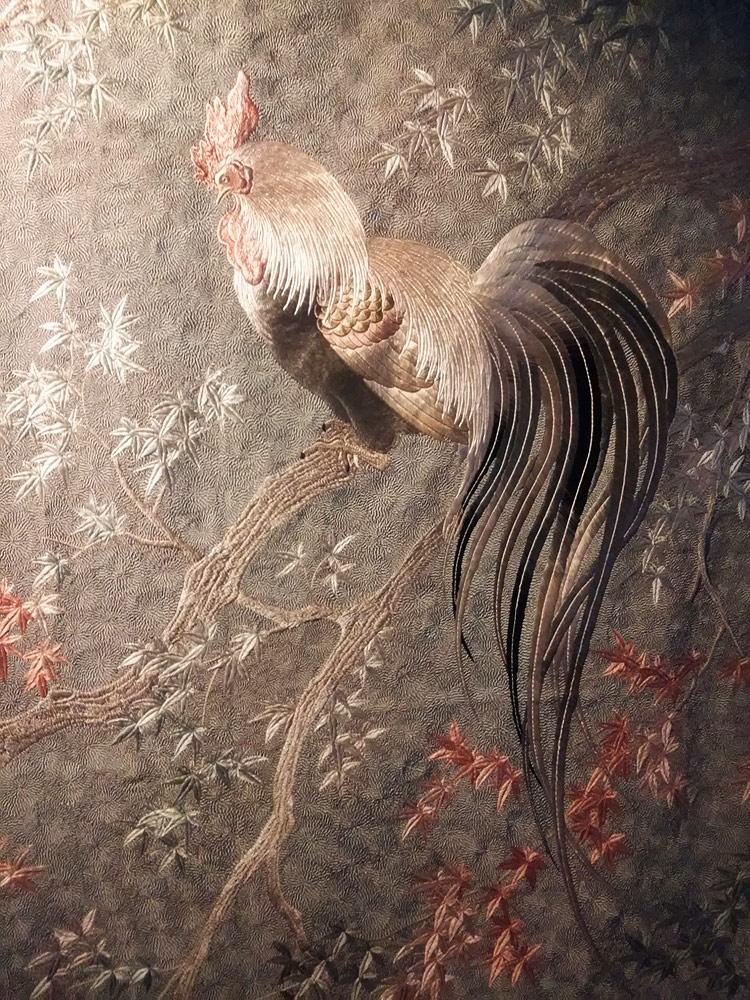 Manifattura giapponese (Kyoto), Pannello ricamato con scena d'autunno, polli, foglie d'acero e crisantemi (fine XIX secolo; seta ricamata e bordatura in broccato di seta; Roma, Museo Nazionale di Palazzo Venezia)