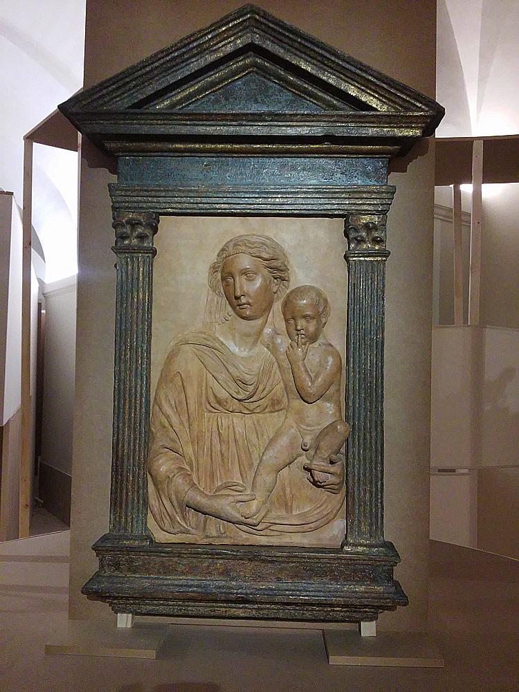 Cerchia di Michelozzo di Bartolomeo (con integrazioni di restauro), Madonna con il Bambino (terzo-quarto decennio del XV secolo; terracotta, 72 x 38 cm; Firenze, Museo di Palazzo Vecchio)
