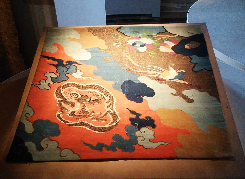 Arazzo uchishiki: Tessuto rituale per altare buddista, con un disegno di draghi e uccelli ho-o (metà del XIX secolo; filo di seta, 60 x 65 cm; Roma, Museo Nazionale del Palazzo di Venezia)