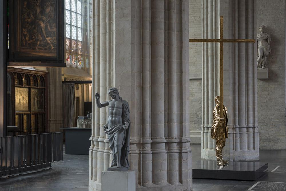 Man who bears the cross di Jan Fabre nella Cattedrale di Anversa. Ph. Credit Attilio Maranzano