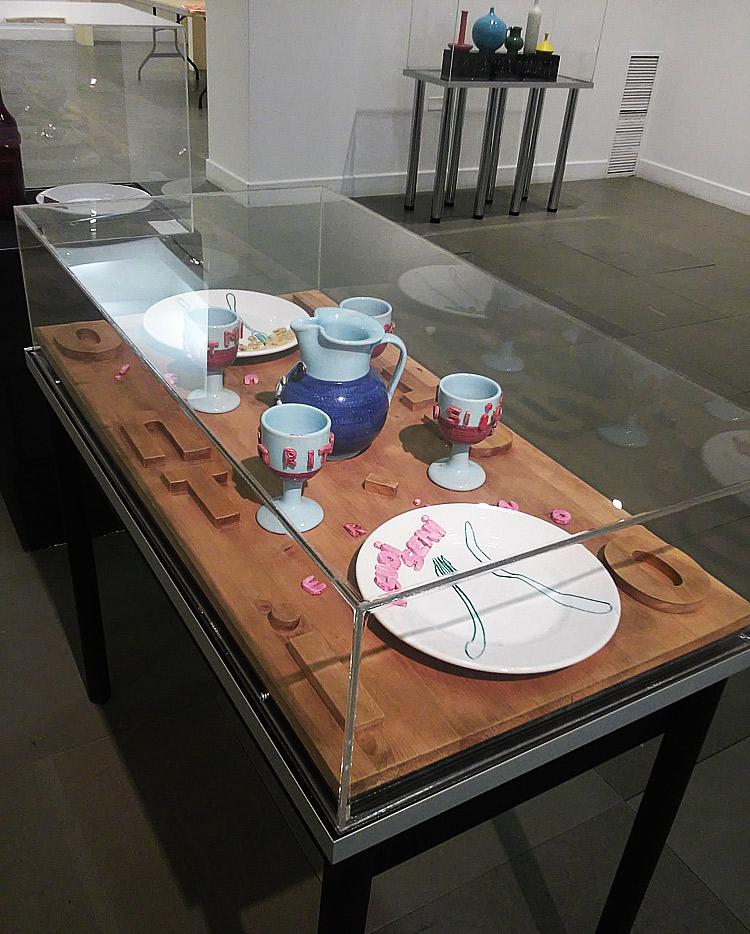 Alain Arias-Misson, I fidanzati (1997; smalti su ceramica e legno, 50 x 100 x 19 cm; Collezione privata)