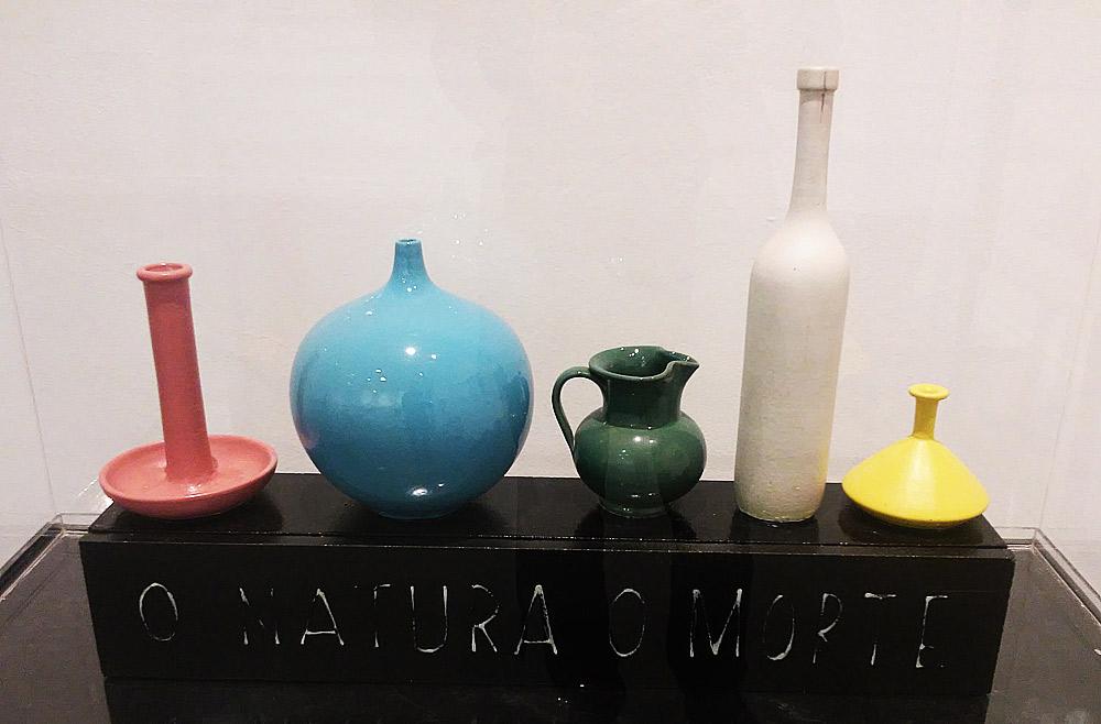 Sarenco, O natura o morte (1971, smalti su ceramica, 12 x 72 x 48 cm; Collezione privata)