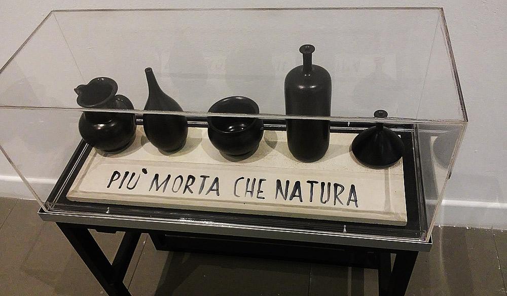 Sarenco, Più morta che natura (1971, smalti su ceramica, 24 x 72 x 78; Collezione privata)