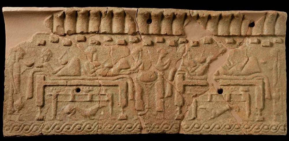 Arte etrusca, Lastra con scena di banchetto (VI secolo a.C.; terracotta; Murlo, Antiquarium di Poggio Civitate - Museo Archeologico)