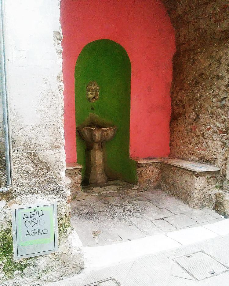 La fontana di via Finelli a Carrara dopo l'azione degli street artist