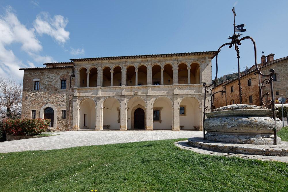 La facciata della canonica di San Biagio. Courtesy Opere Ecclesiastiche Riunite