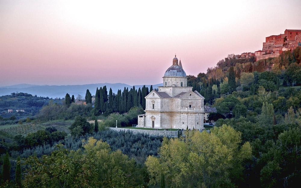 Il tempio di San Biagio a Montepulciano nel paesaggio, sullo sfondo la città. Courtesy Opere Ecclesiastiche Riunite