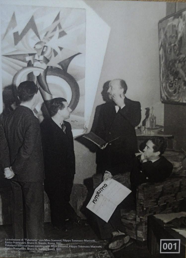 La redazione di Futurismo con Mino Somenzi, Filippo Tommaso Marinetti, Enrico Prampolini, Bruno G. Sanzin a Roma nel 1931. Sulla parete il dipinto di Fortunato Depero