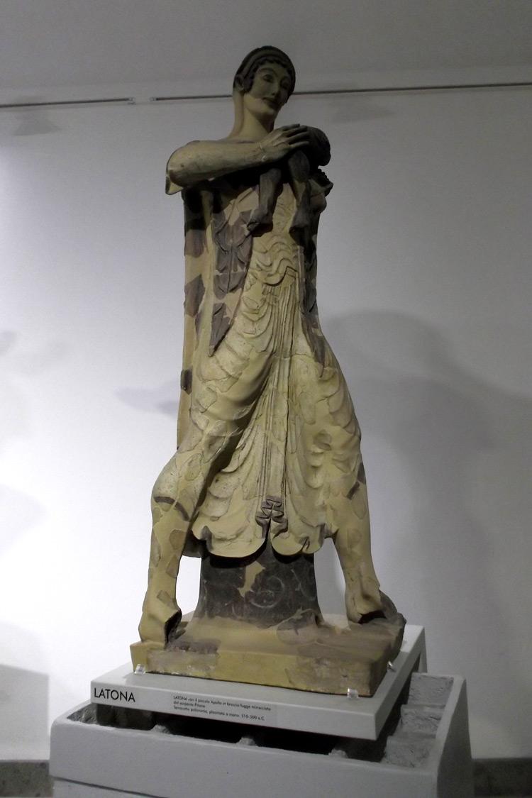 Arte etrusca, Latona (510-500 a.C. circa; terracotta policroma; Roma, Museo Nazionale Etrusco di Villa Giulia). Ph. Credit Sergio D'Afflitto