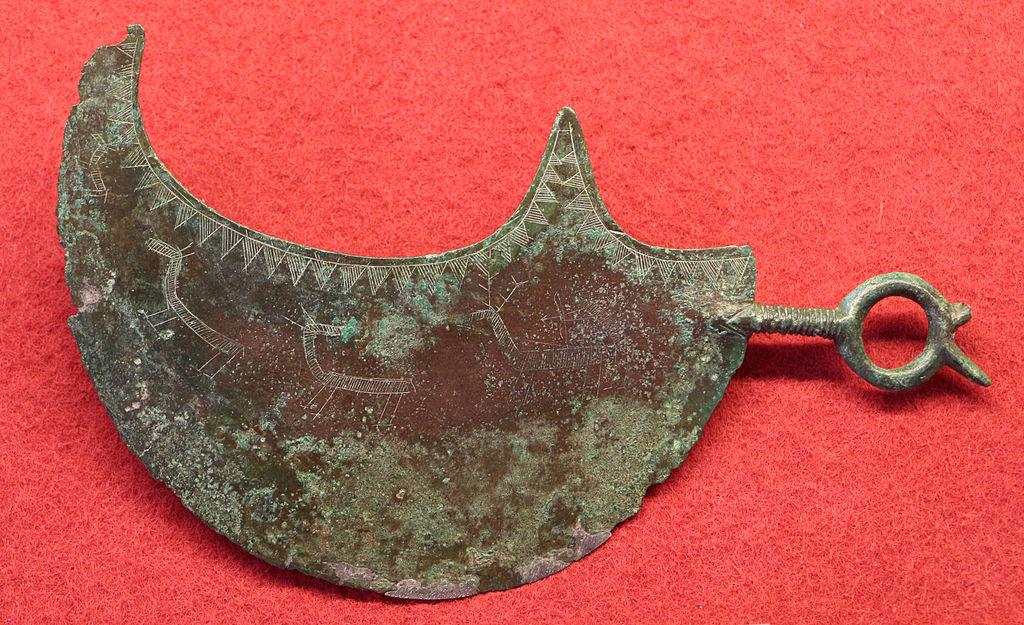 Manifattura etrusca, Rasoio lunato con scena di caccia