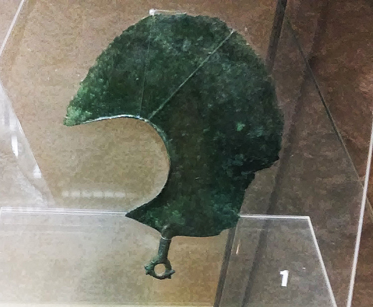 Manifattura etrusca, Rasoio lunato