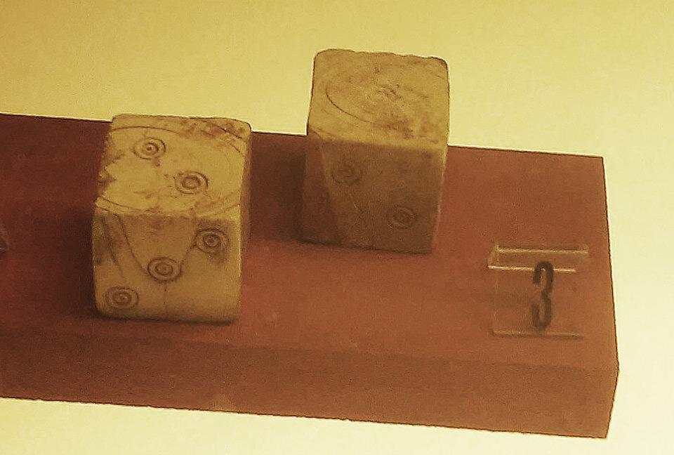 Manifattura etrusca, coppia di dadi (VII secolo a.C.; avorio; Firenze, Museo Archeologico Nazionale)