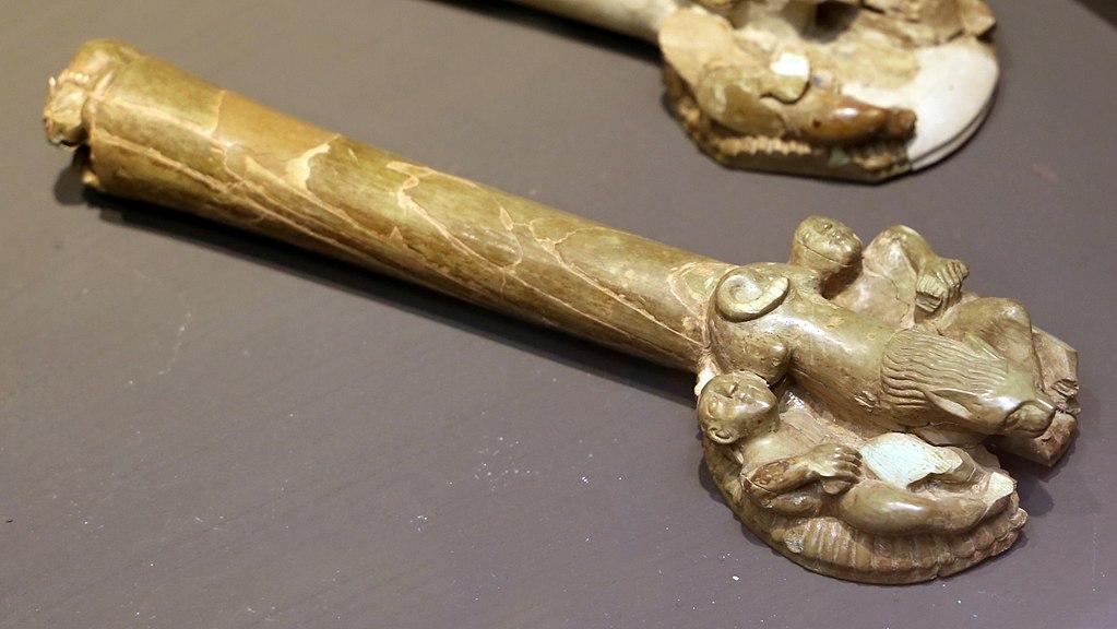 Manifattura etrusca, manico di flabello (675-625 a.C. circa; avorio; Firenze, Museo Archeologico Nazionale)