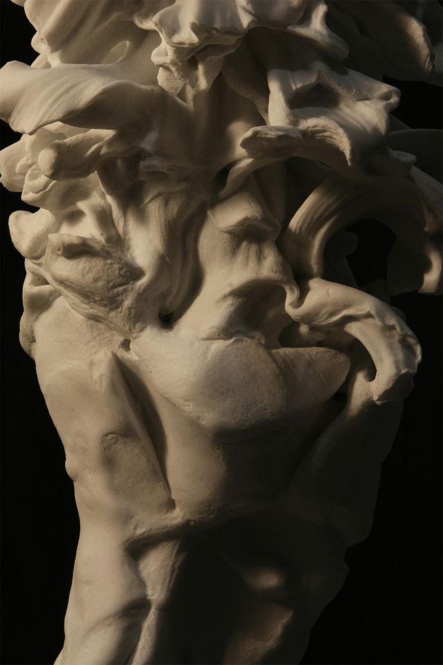 Nicola Samorì, Lucy, dettaglio (2016; marmo di Carrara e frammento lunare, 90 x 35 x 30 cm. Courtesy Monitor Gallery, Roma)