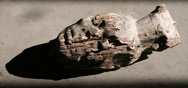 Nicola Samorì, Senza titolo (2016; legno fossilizzato, 45 x 20 x 17 cm. Courtesy Monitor Gallery, Roma)