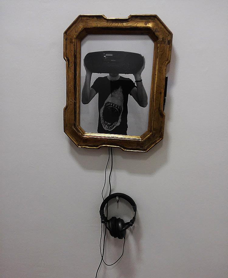 Andrea Bianconi, Too much (2015; fotografia e audio, 54 x 44 cm; courtesy Dream Collection, Vicenza, New York) )