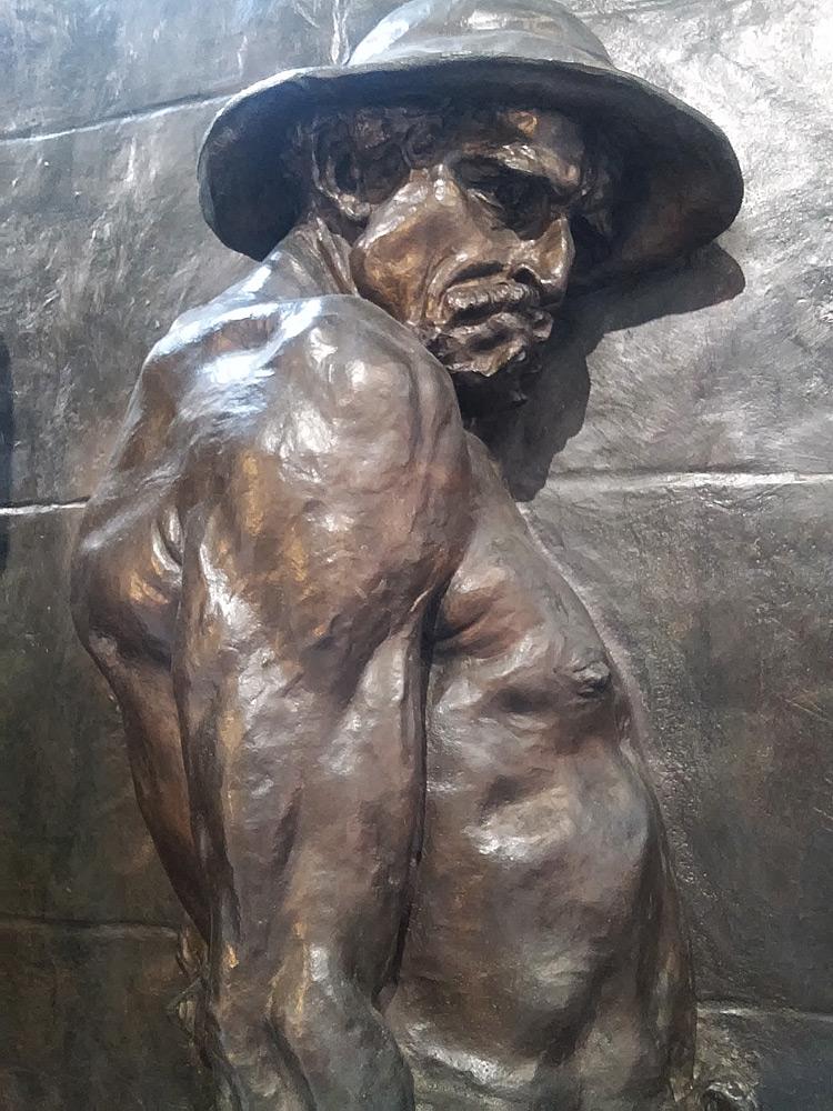 Monumento alle vittime del lavoro, uno dei due lavoratori che trasportano la barella