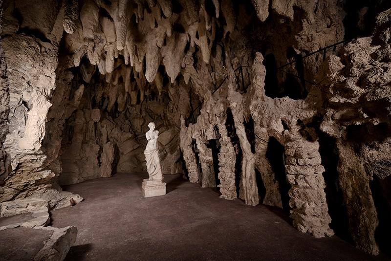 Le grotte del castello con la Venere di Milo