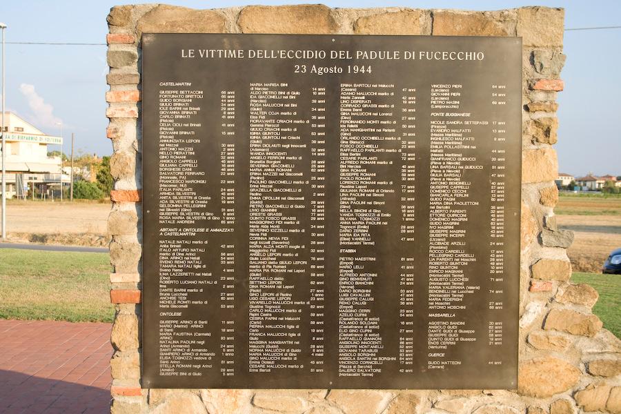 Monumento con l'elenco delle vittime dell'eccidio del Padule di Fucecchio. Ph. Credit Alessandro Pagni