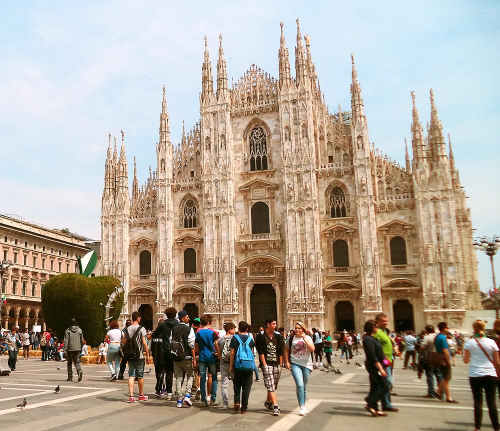 Piazza Duomo nel 2015 con, sulla sinistra, la Mela Reintegrata di Michelangelo Pistoletto. Ph. Credit Finestre sull'Arte
