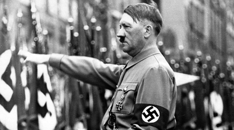 Adolf Hitler indossa la fascia con la svastica